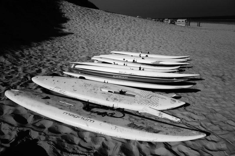 砂浜に置かれた彼氏と友達のサーフボード