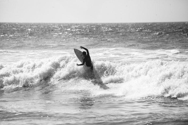 いい波を乗り越えサーフィンを満喫する彼氏