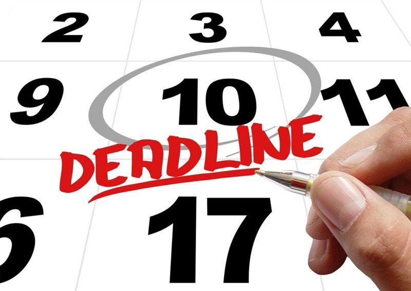 退職する日をカレンダーに記入する退職予定者