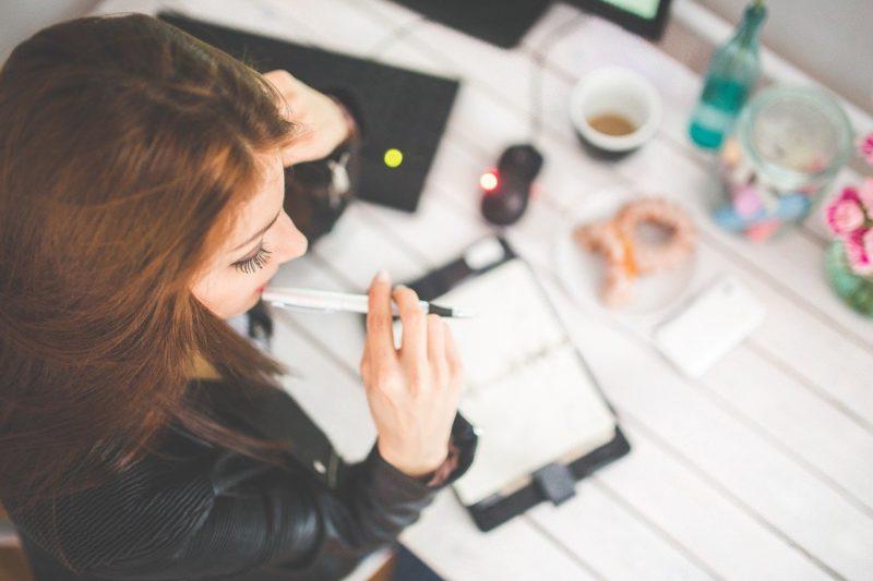 バイトとレポート提出期限日が重なり思案する女性