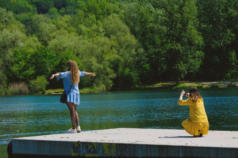 インスタに投稿用の写真を友達と仲良く撮影する女性