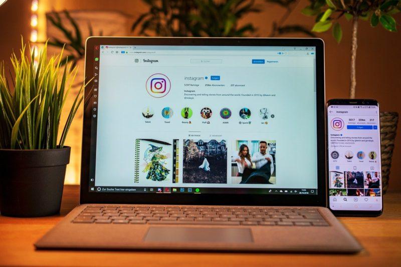パソコンとスマホの両方にインスタのアプリが表示されている