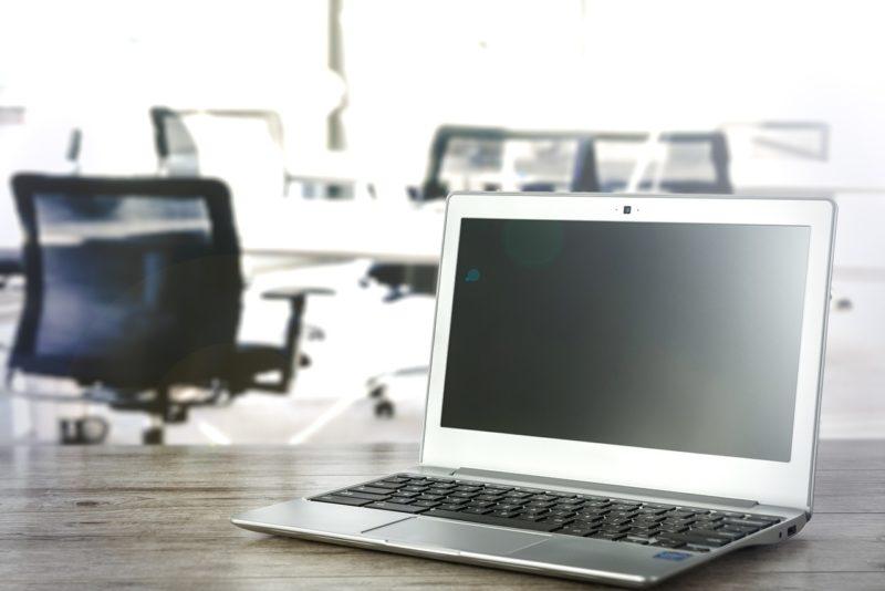 オフィスのノートパソコン