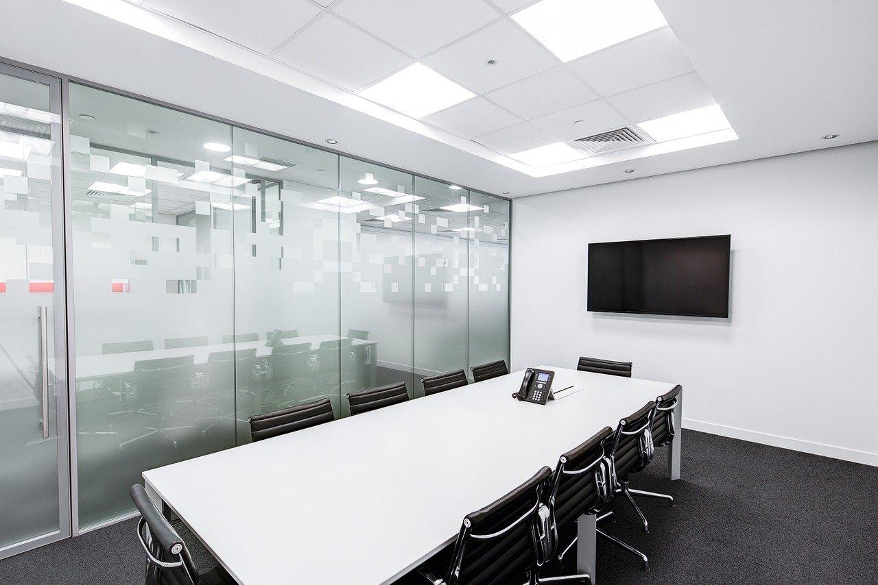 退職の相談をする会議室