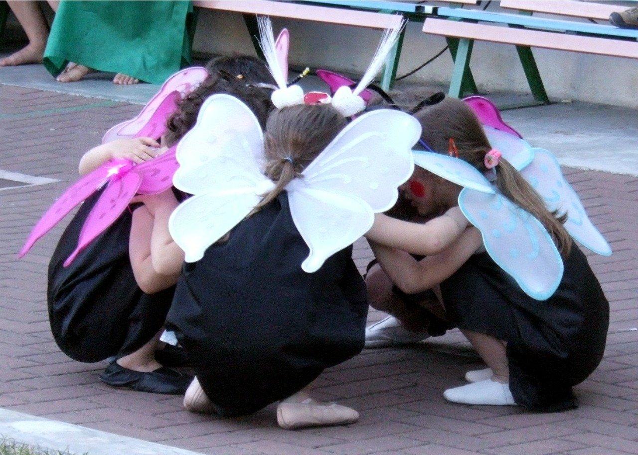 お遊戯会でお遊戯を披露する幼稚園児