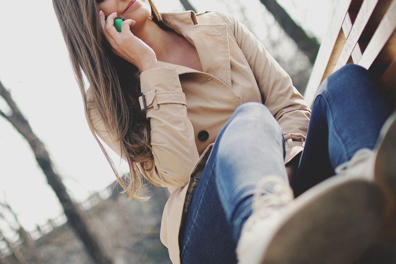 LINE電話で好きな男性と会う約束をする女性
