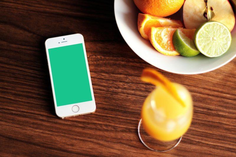 テーブルに置かれたスマートフォン