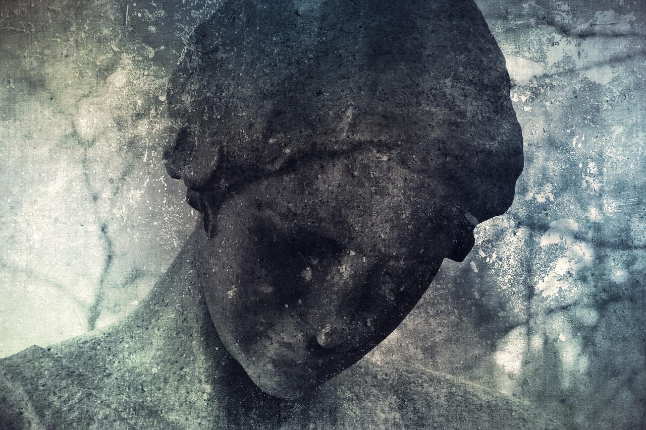 中学同窓会の誘いを受けたが久しぶりの連絡と参加したくない思いに茫然とする顔をイメージした石像