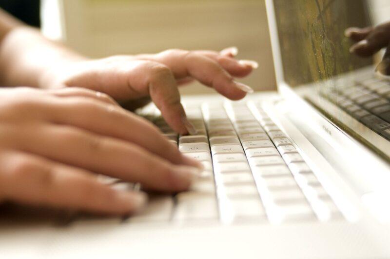 PCにデータ入力する仕事をしている女性