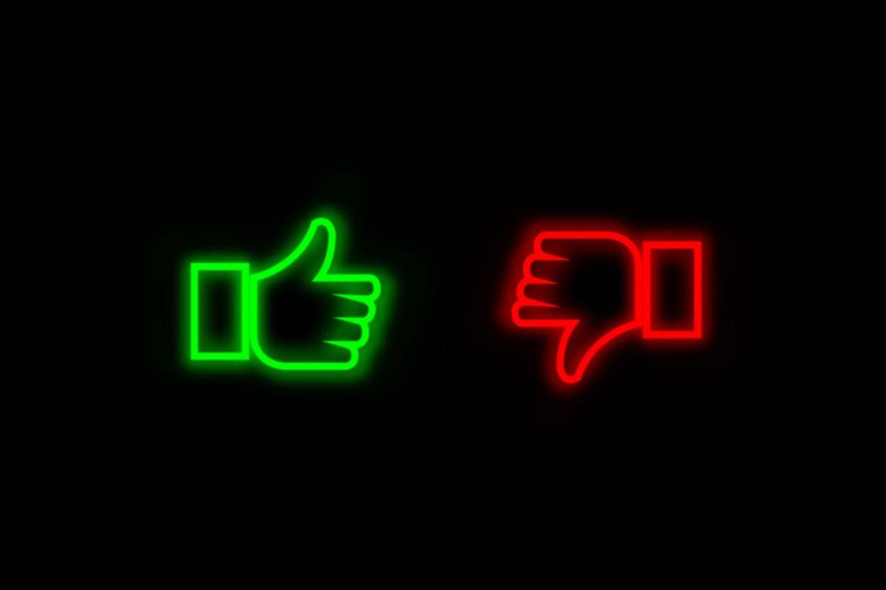 友達に手を差し伸べても拒否の手振りのイメージ