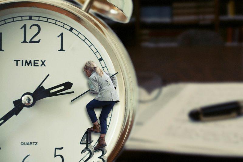 できれば時計の針をもどして皆と関係修復をしたい女性