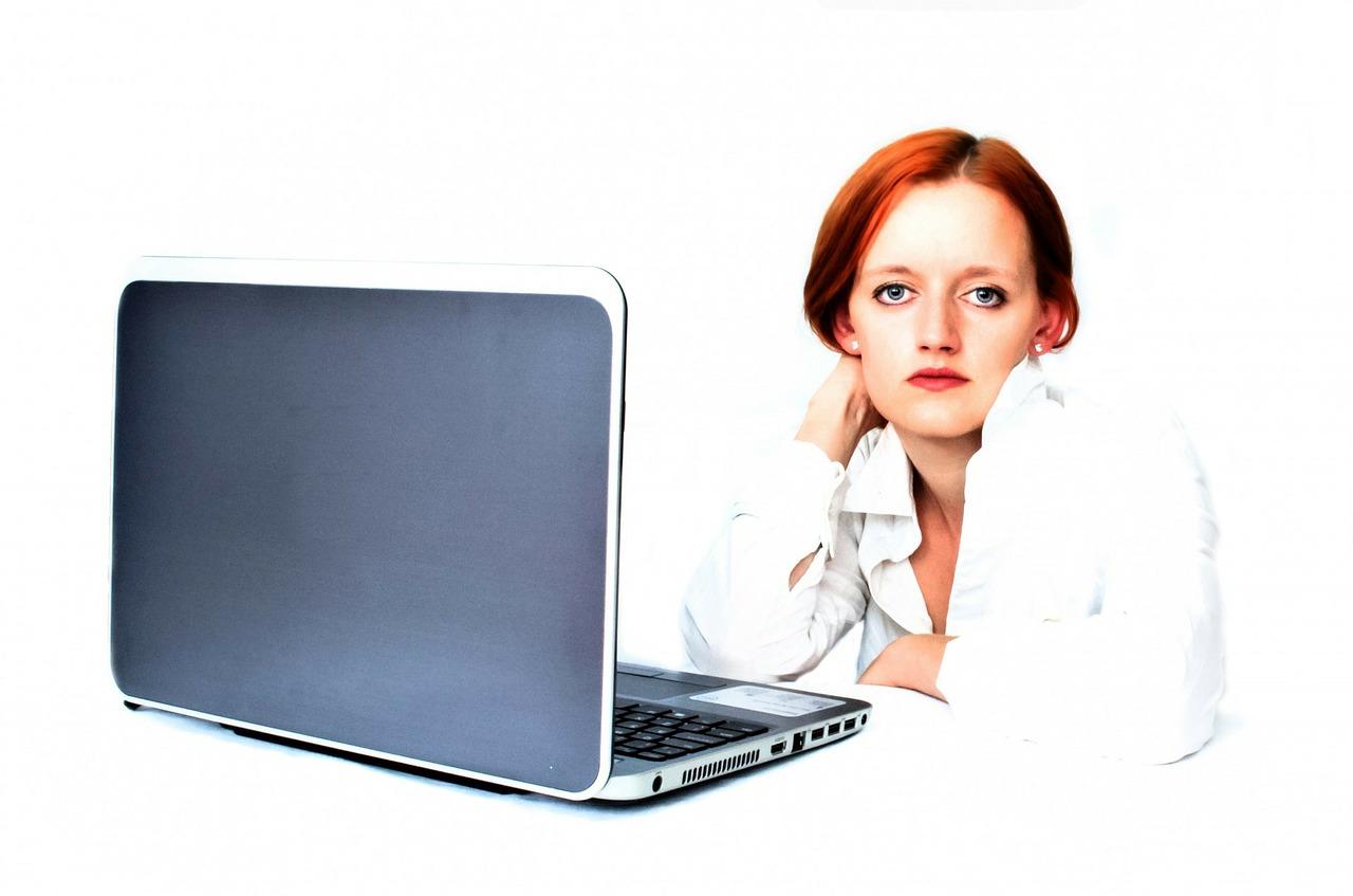職場の無愛想な女性