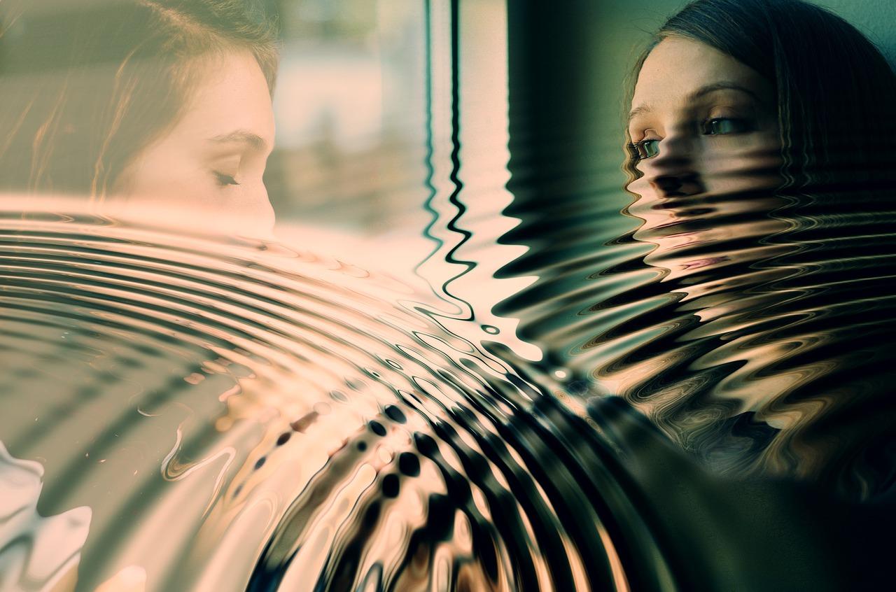 ストレスが溜まり窓の外を見つめる女性