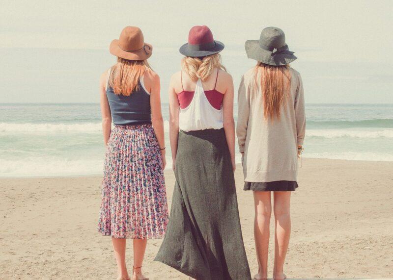 仲の良さを取り戻しビーチに遊びに来た女三人組