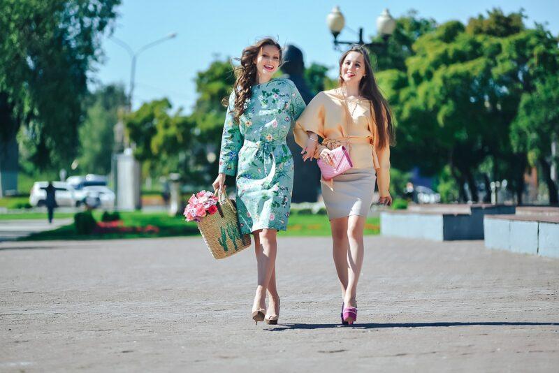 ショッピングを楽しむ女三人組の自分以外の二人