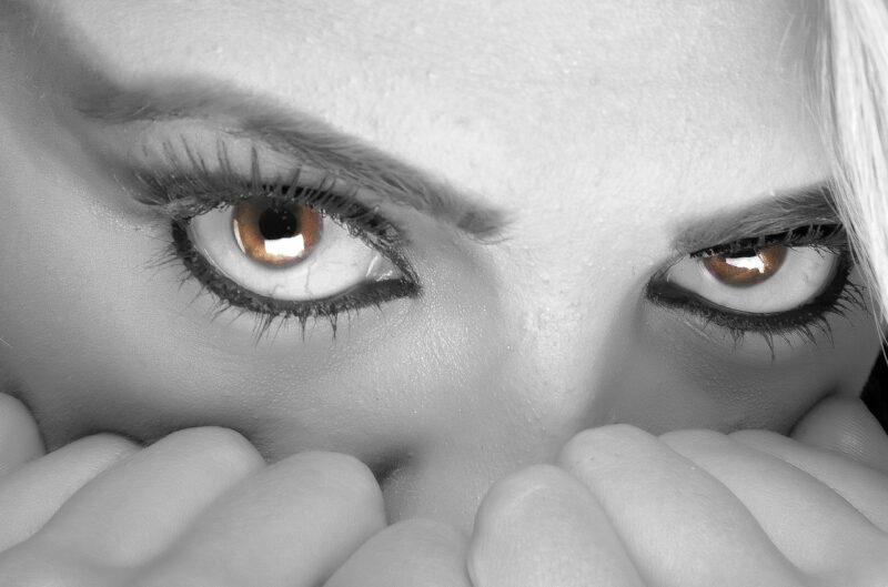 イライラの解消方法を見いだした女性社員の目
