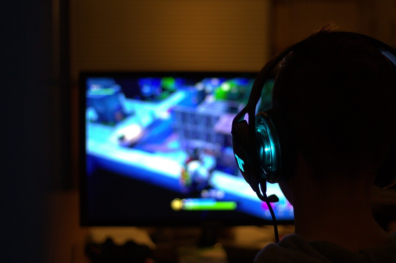 夜中までオンラインゲームをしている彼氏