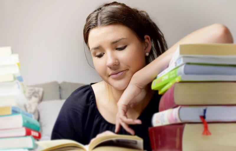 バイト休日に学校のテスト勉強をする女子学生