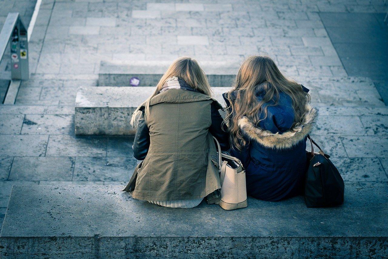 話す話題がなくしんみりしてしまっている女子高生の二人