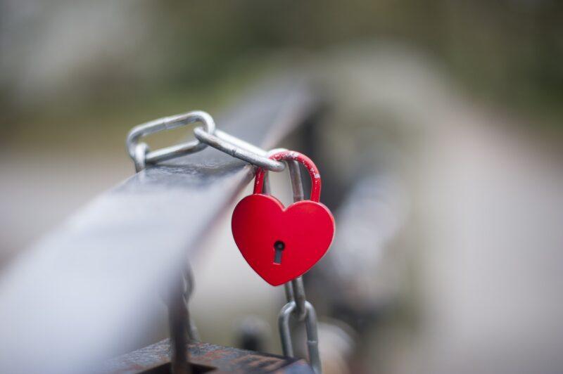 彼氏の心を自分につなぎ留めたいとの願いを込めたハート型の鍵