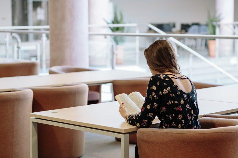 大学構内で独りぼっちの女子大生
