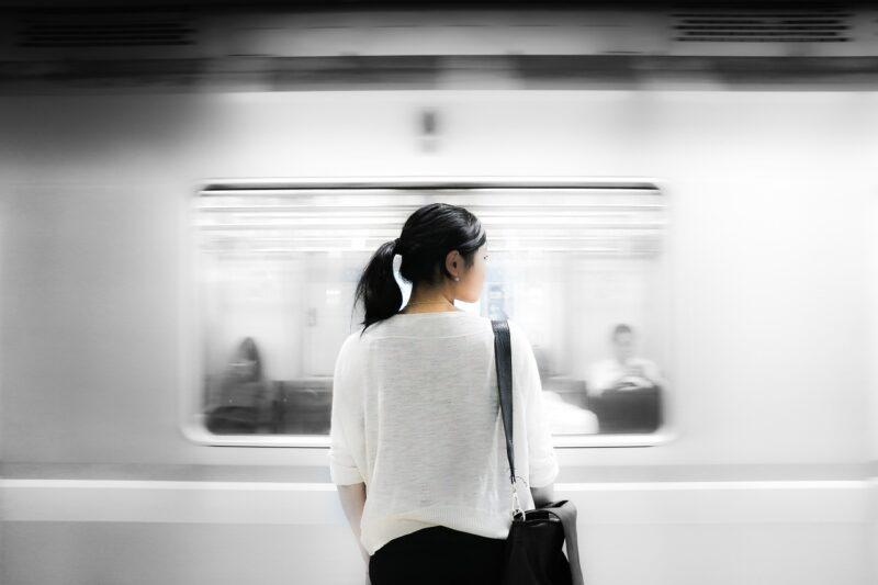 地下鉄で家路を急ぐパート主婦