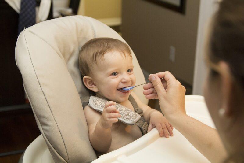 赤ちゃんに食事を与えているママ
