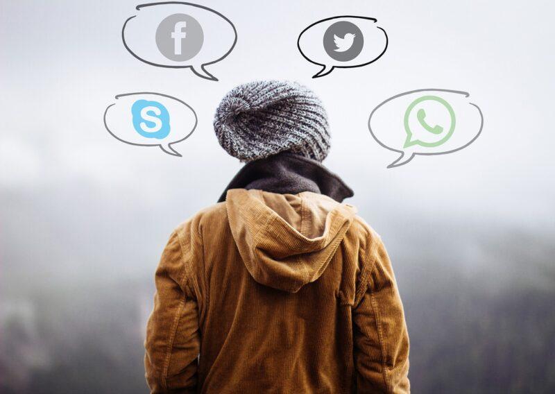どんなソーシャルメディアが自分に合っているか考える女子高生