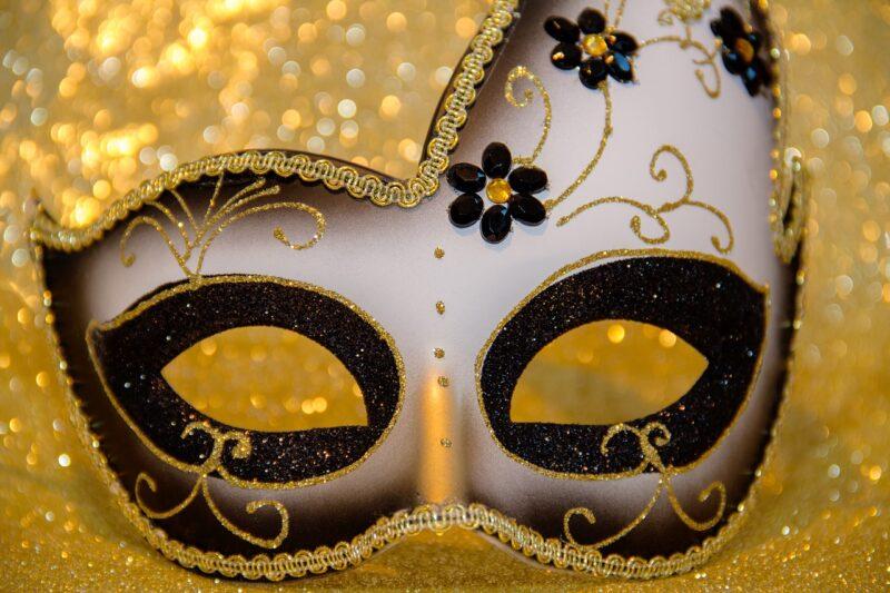 裏顔をイメージさせるマスク