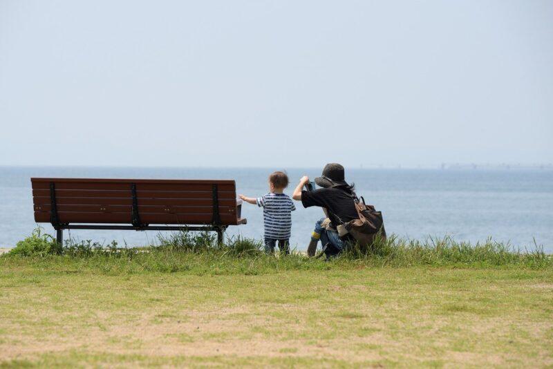 インスタに投稿するため子供の写真を撮影する友達