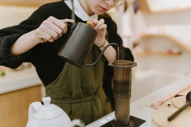 無事採用されコーヒーショップで働く女性