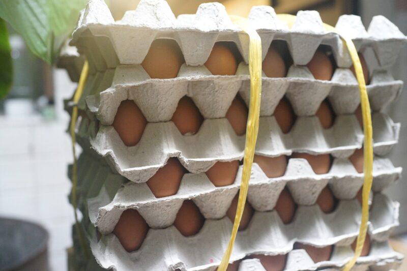 バイト先の厨房に積まれた卵