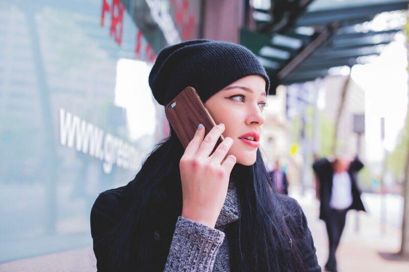 応募したバイト先に思い切って電話をする女性