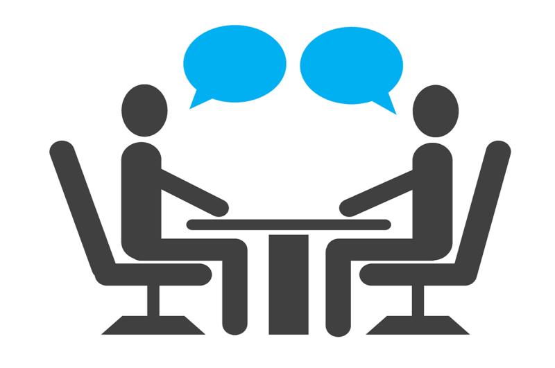 アルバイトの面接で責任者と意見を交換する応募者