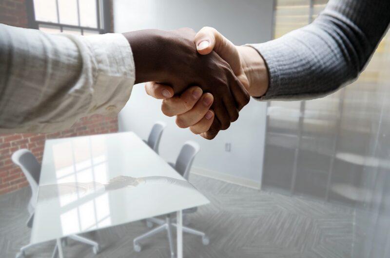 バイトの面接に合格して責任者に握手を求められている