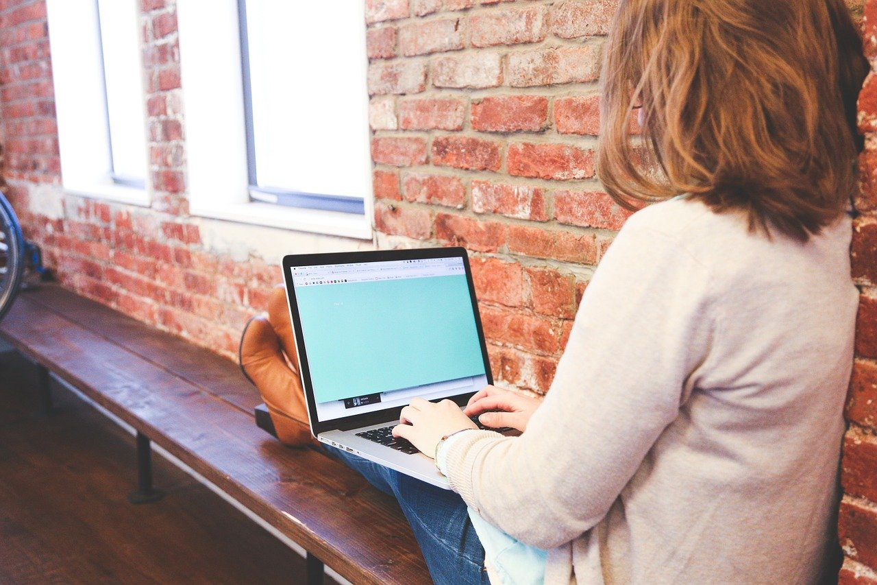 バイト応募にWebより応募しようとしている女性