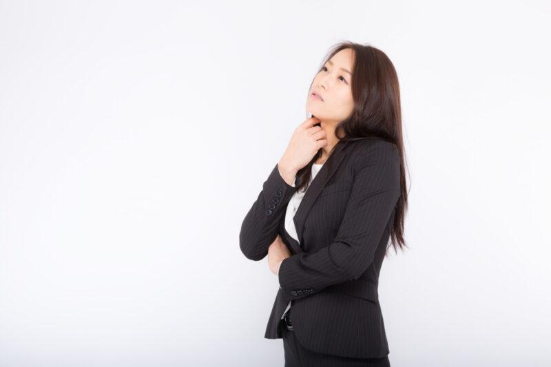 研修期間中のバイトを辞めると伝える切り出し方を考える女性