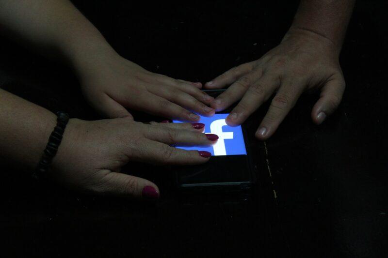 スマートフォンを手で隠しSNSを辞めたのイメージ