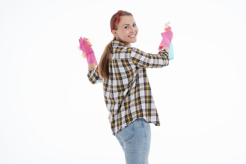 ハウスクリーニングのバイトの職を得た女性