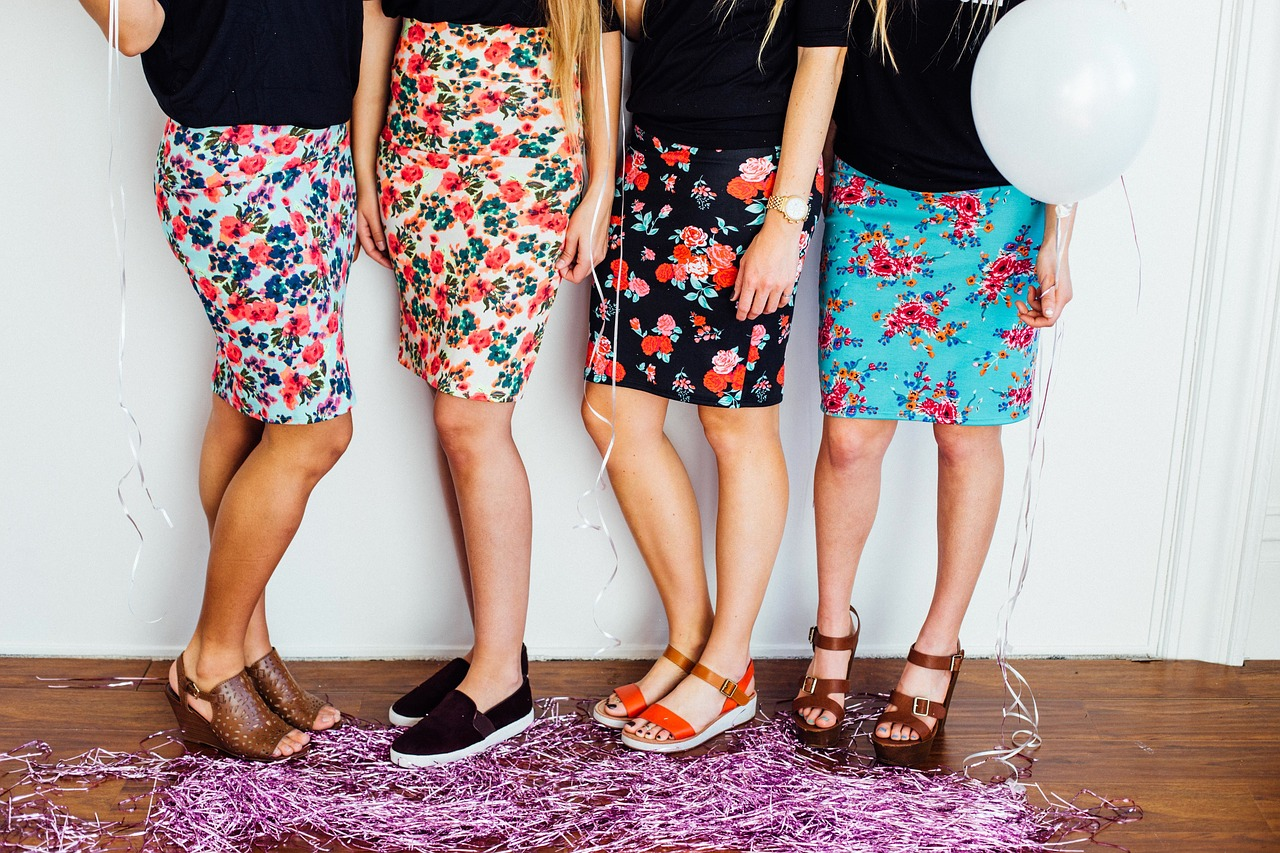 お揃いの花柄スカートをはき写真に収まる女友達