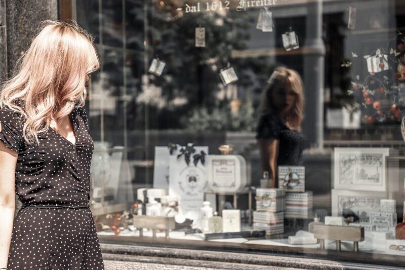 ウインドウショッピングで好みの物を見つけてもSNSにUPは考えない可愛い女の子