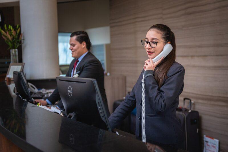 女性が志望する受付バイトの業務風景