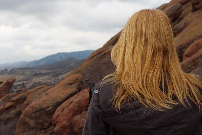 友達とのインスタでの付き合い方を独り考える女性