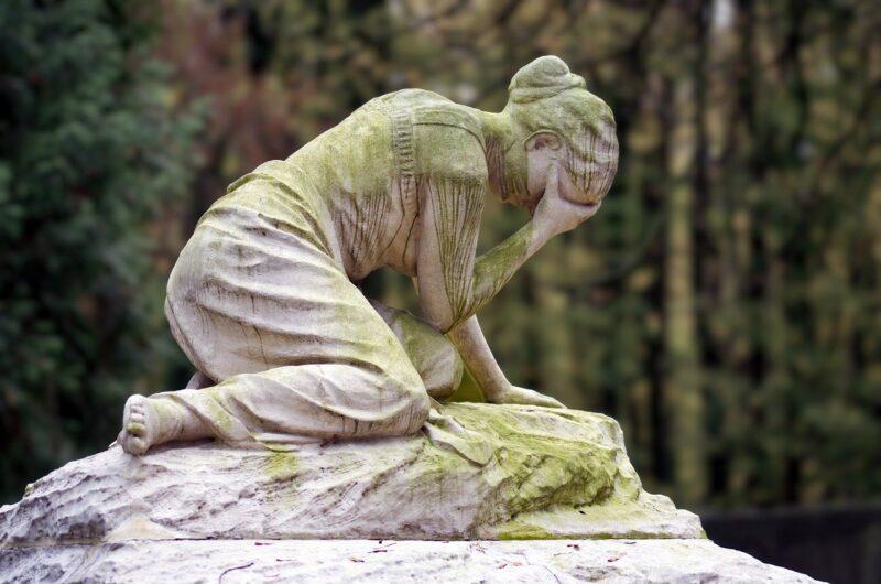 バイト面接の合否電話に出れなく不採用だと嘆く女性をイメージしたブロンズ像