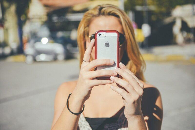 今はインスタが楽しくモバイルフォンでアップ用の写真を撮影する女性