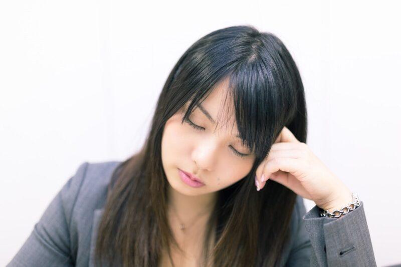 職場で八つ当たりしてくる女性の先輩に対してどうしたらいいのか悩む女性